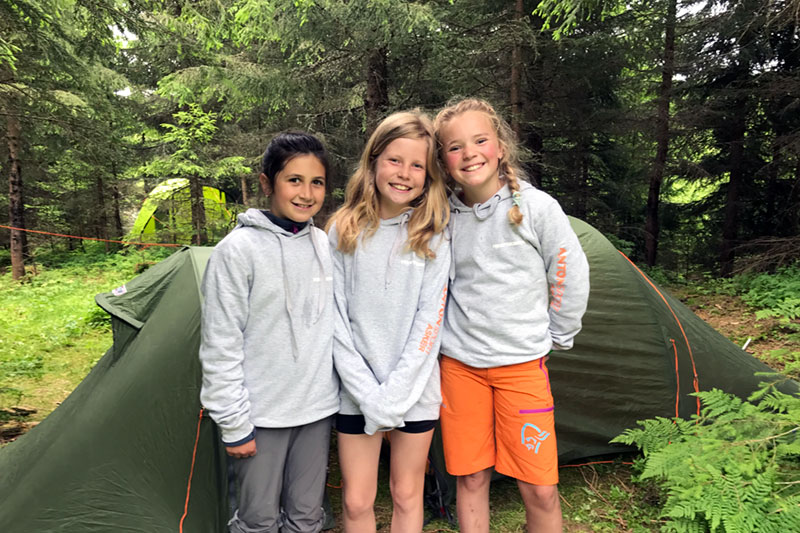 Jenter foran telt